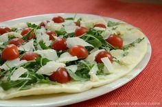 Pizza blanche: mozzarella di buffala, huile de truffe, roquette, tomates cerises, copeaux de parmesan {végétarien} - Une poule dans ma cuisi...