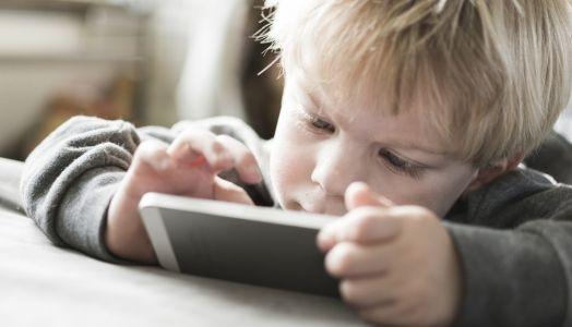 Internet: 4 nawyki, których twoje dziecko uczy się od ciebie