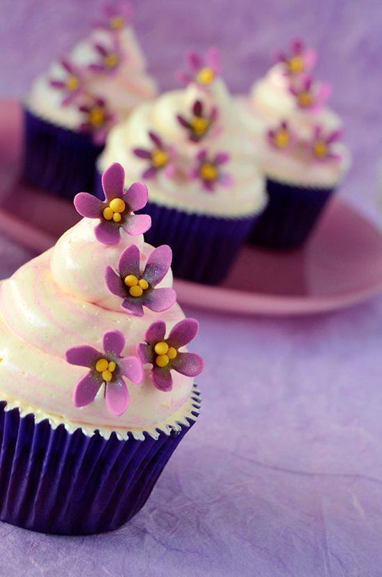 Cupcakes a diario: Cupcakes de violeta y chocolate blanco y el porqué todo el mundo desaparece cuando salgo de la cocina...