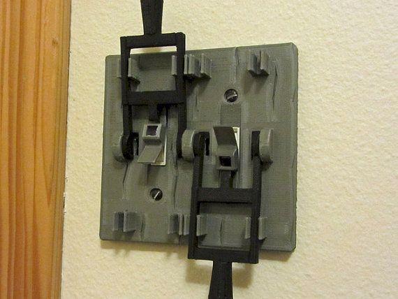 Plaque d'interrupteur double style Frankenstein ! Transformez votre pièce dans un laboratoire de savant fou de film horreur ! Parfait pour la maison hantée d'Halloween !
