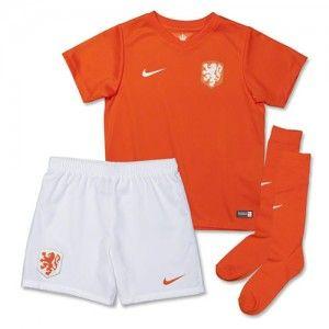 Het WK 2014 tenue, een compleet voetbal tenue van het Nederlands elftal, speciaal voor de allerjongste oranjefans.