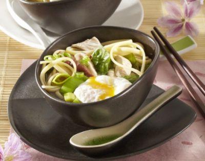 Udon s kuřecím masem, vejcem a špenátem (Japonsko)