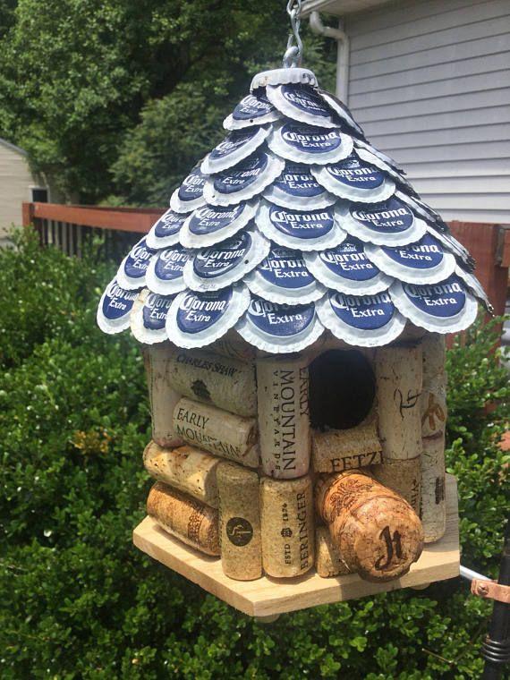 Wijn kurk en bier Cap Birdhouse. Huis dak gemaakt van afgevlakte Corona bier Caps. Wijn kurk thema huis. Prieel stijl 6.75x9inHx5.75w