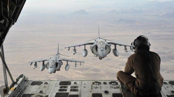 Eu adoraria fotografar um caça em pleno vôo, mas não tenho certeza de que teria coragem de fazê-lo sentado em um outro avião numa posição destas.