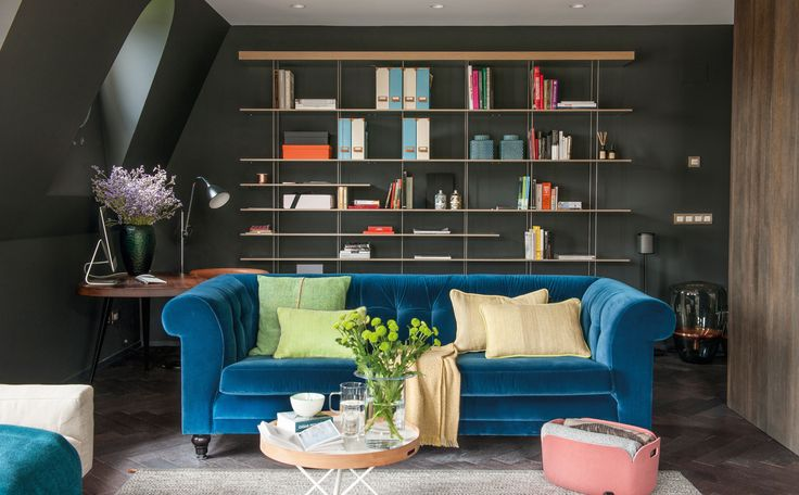 La librería es el modelo Graduate, un diseño de Jean Nouvel para Molteni. Sofá Chesterfield, de De Padova, tapizado con terciopelo Adamo y Eva, de Dedar. El cojín verde es de Zuzunaga