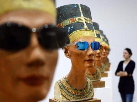 Niente male: le teste di Nefertiti con gli occhiali da sole dell'artista Isa Genzken sono esposte al Martin-Gropius-Bau di Berlino. Titolo dell'esposizione: «Isa Genzken – Fatti bella!»