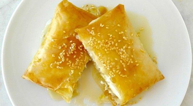 Φέτα σαγανάκι σε φύλλο κρούστας στο φούρνο με μέλι και σουσάμι