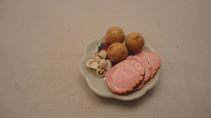 Skinkfat med potatis/champinjoner/tomat mm skala 1:12 Dockskåp