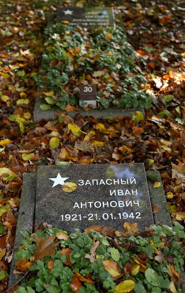 Waren die Gräber der Kriegsgefangenen und der Zwangsarbeiterin in Voßhagen lange Jahre anonym, wurden nicht nur die Namen der Verstorbenen recherchiert. Die Gräber erhielten jetzt auch Grabsteine mit den Daten der Toten. FOTO: Moll http://www.rp-online.de/nrw/staedte/hueckeswagen/zwangsarbeiter-haben-wieder-namen-aid-1.6349632