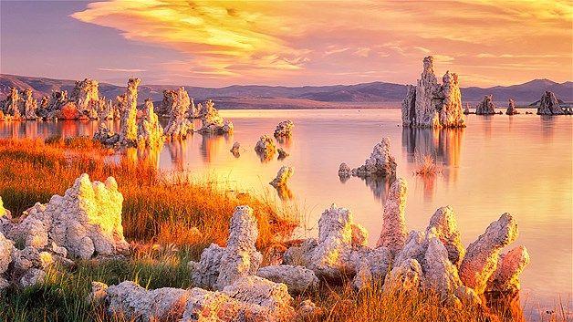 O Lago Mono é alcalino e salgado no estado da Califórnia, EUA. A composição da água foi responsável pela formação de rochas de formato incom...
