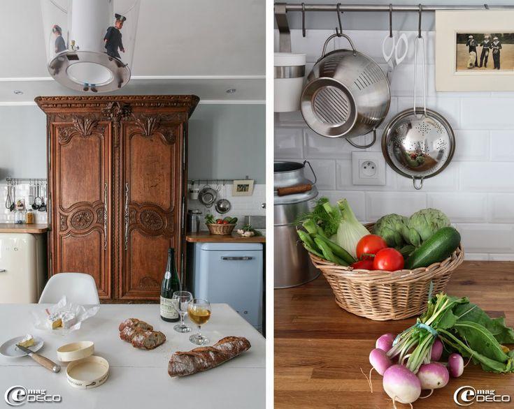 Une armoire normande, intégrée à la cuisine, est flanquée de deux appareils électroménagers 'Smeg' surmontés de plans de travail en bois