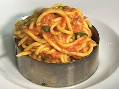 VIDEO: Scarpetta chef Scott Conant delivers on traditional pasta with sauce. USING FRESH PLUM TOMATOES AND SPAGHETTI