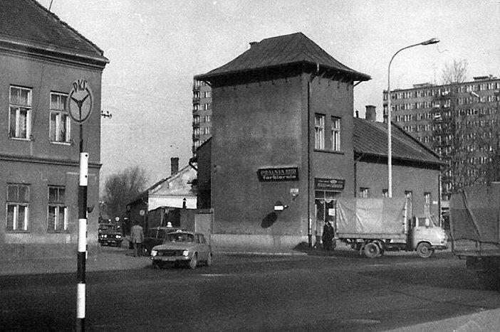 Uroczy domek przy Krakowskiej i Pułaskiego, wyburzony na pocz. lat 90. XX wieku. Należał do rodziny Dudzińskich. Od strony Pułaskiego była fabryka Dudzińskiego produkująca kotły, stalowe i żelazne elementy. Znana w całej Galicji, a nawet poza nią. W PRL domek zakupiła rodzina Góreckich i na parterze mieściła się pralnia i farbiarnia Julia