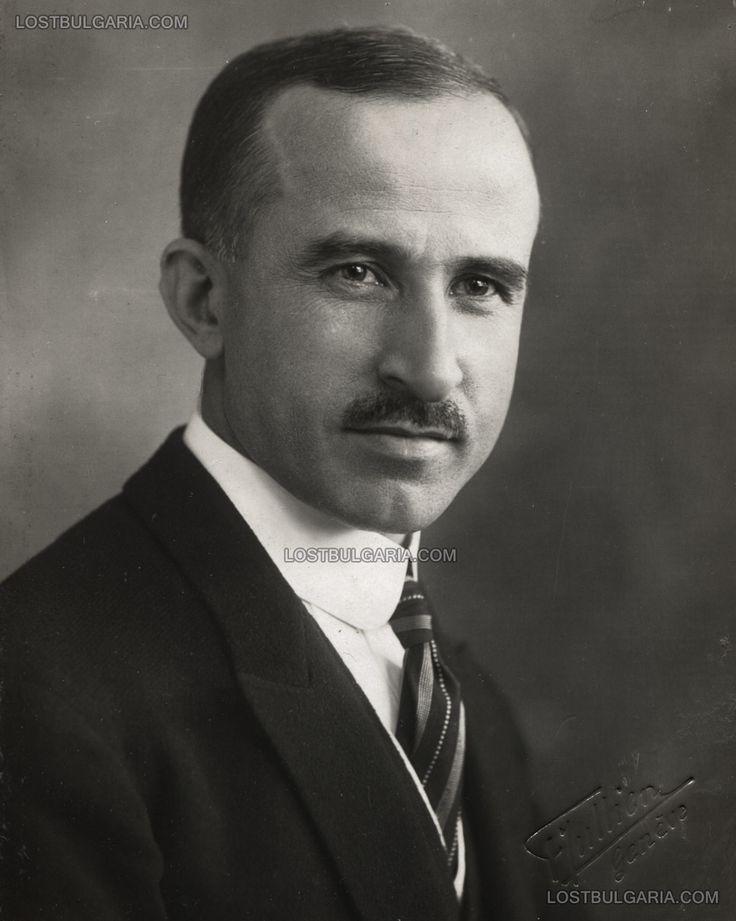 Портретна фотография на полковник Христо Калфов (1883-1945), министър на външните работи, направена при посещение в Женева (Швейцария), 1925...