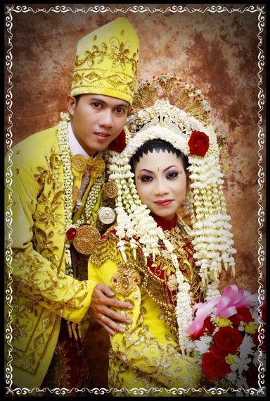 Secara umum busana adat pengantin Banjar terdiri dari tiga jenis, yaitu bagajah gamuling baular lulut, ba'amar galung Pancaranan matahari, serta babajukun galung pacinan.