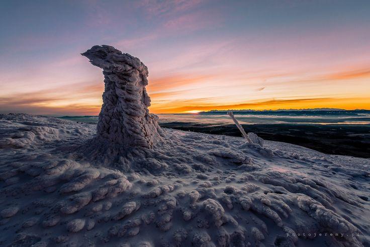 Zimowa Babia Góra o brzasku. Zdjęcie autorstwa Jeremiasza Gądka