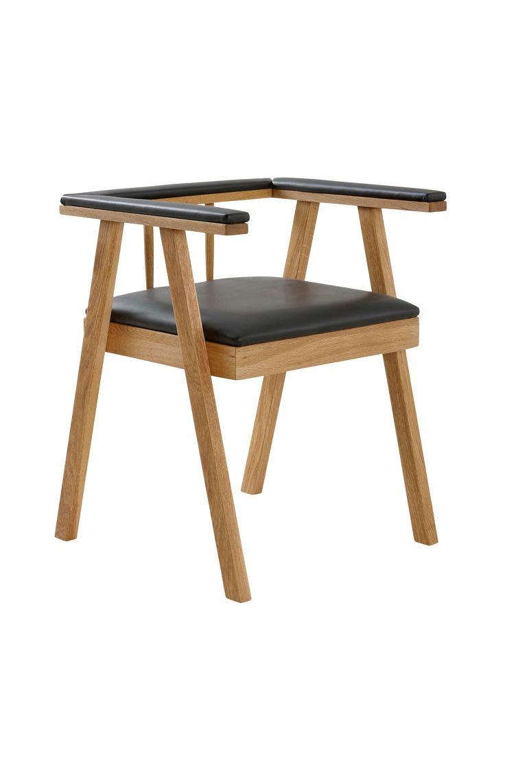 Modern karmstol med skandinavisk design. Den stoppade sitsen och armstöden gör långa sittningar mer bekväma. Använd stolen vid matbordet eller som liten fåtölj i hall eller vardagsrum. Material: Trä , PU och polyestervadd. Storlek: Höjd 70 cm, bredd 54 cm, djup 55 cm. Beskrivning: Karmstol av massiv ek med klädd sits och armstöd med överdrag av PU. Stoppning av polyestervadd. Skötselråd: Torkas med fuktig trasa. Tips/råd: Blanda gärna stolar i olika design runt ditt bord.
