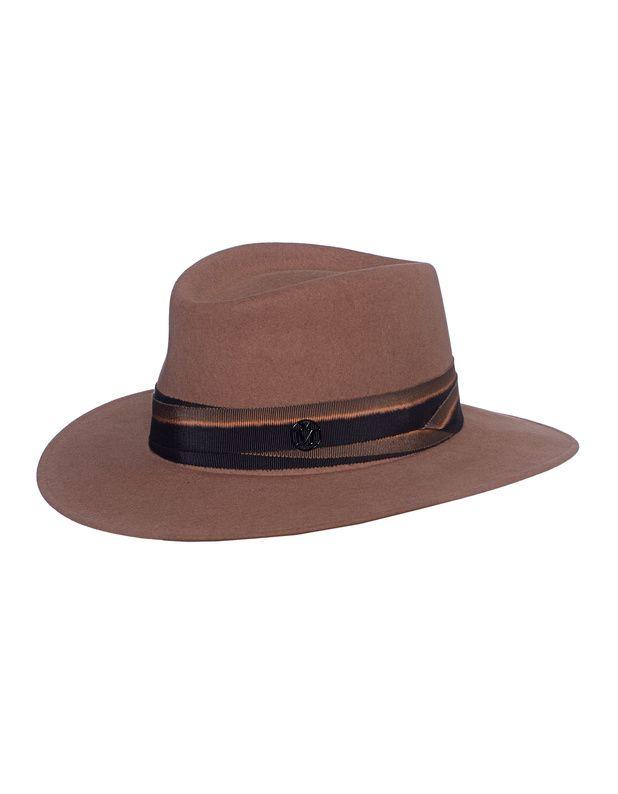 Fedora aus Kaninchenfilz Kramellfarbener handgemachter Fedora-Hut aus hochwertigem Kaninchenfilz mit Ripsband und Metall-Logo-Buchstaben.  Dieser luxuiröse Hut ist ein classy Accessoire - zeitlos-schön!