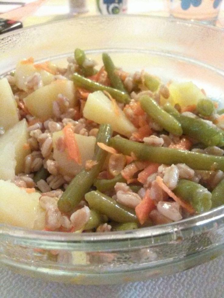 Insalatona+home-made+di+farro+perlato,+fagiolini,+mais+(in+scatola),+carota+cruda,+patate,+olio+evo+e+succo+di+limone!