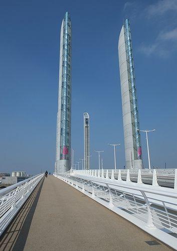 le nouveau pont levant qui enjambe la Garonne, dénommé pont Chaban Delmas, mais BA-BA par les bordelais : du quartier Bacalan au quartier Bastide. Plus sympa.