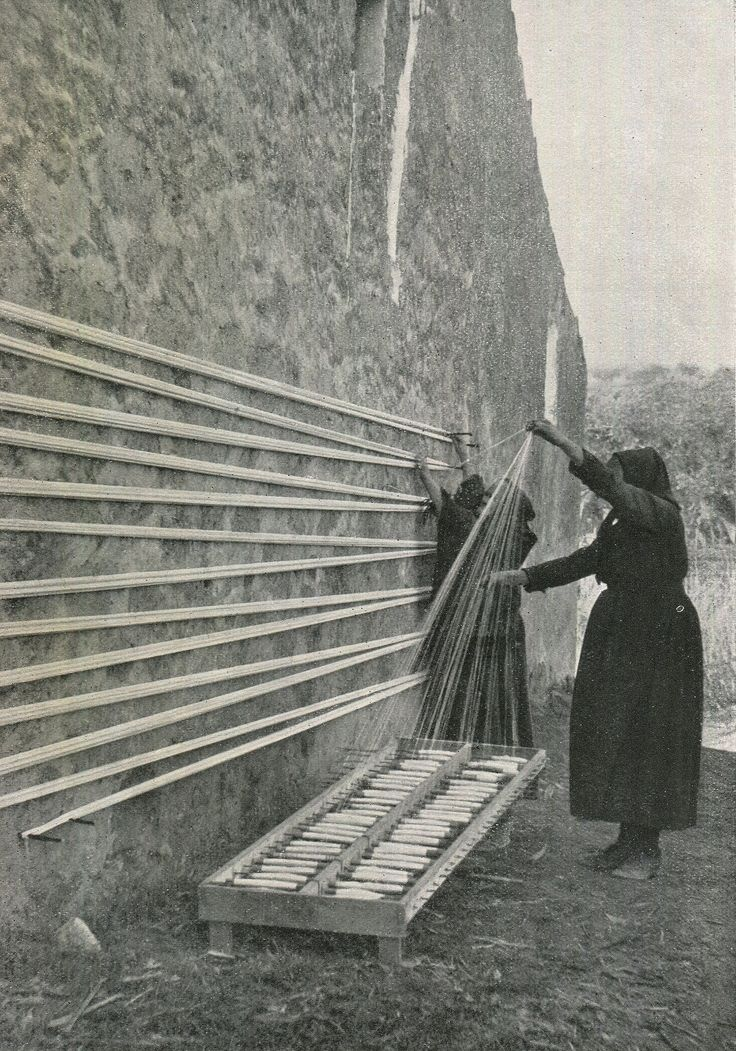 winding a warp | Torre de'Passeri, Pescara, Abruzzo, Italy | P. Montopoli: photographer for The Streets of Italy magazine | 1934