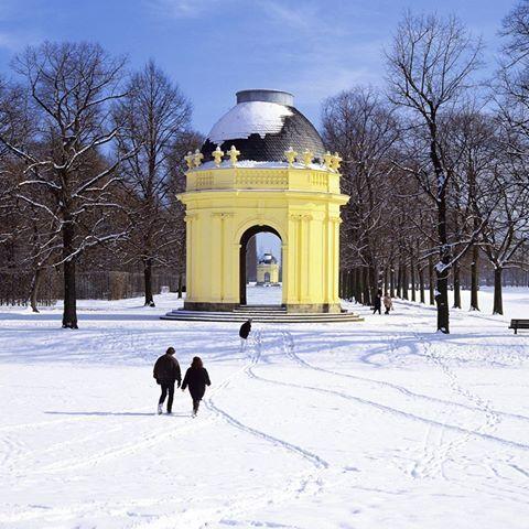 In eine weiße Winterlandschaft werden sich die #HerrenhäuserGärten bis Weihnachten wohl nicht mehr verwandeln. Ein lohnenswertes Ziel für einen Spaziergang sind sie dennoch - und an allen Feiertagen geöffnet! Die genauen Zeiten findet Ihr hier: www.hannover.de/fb1127