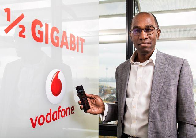 Vodafone 500 Mbit/s LTE: Vodafone Rekord mit 500 Mbit/s im LTE Netz   Beim Telekommunikationsanbieter Vodafone gibt es nun neue Geschwindigkeitsrekorde im LTE Netz mit 500 Mbit/s. Dieser neue Rekord wurde dann auch im Alltagsbetrieb bei einem entsprechenden LTE Mast in Berlin und Düsseldorf aufgestellt. Schon im letzten Sommer hatte Vodafone sein LTE Netz auf 375 Mbit/s aufgerüstet. ..mehr #Vodafone #LTE #Rekord #Gigabithttp://ift.tt/2fvlkLo