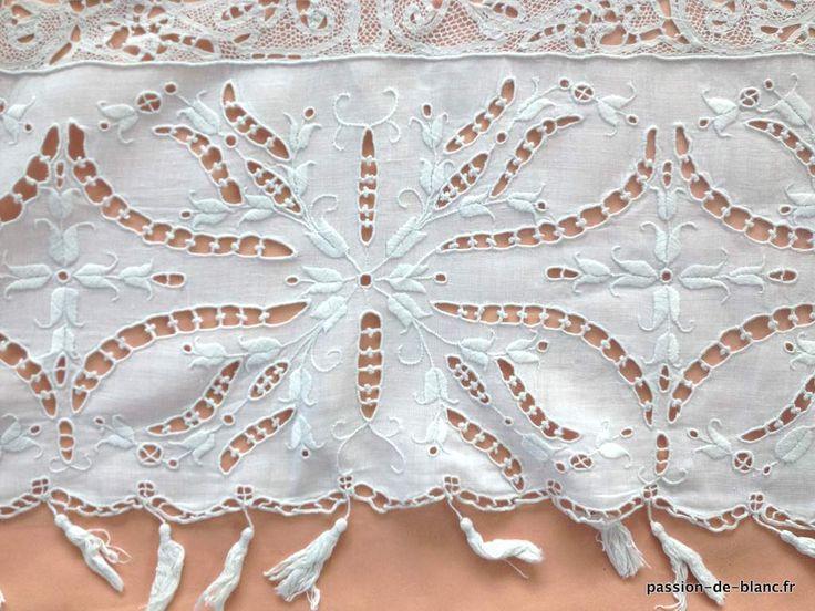 Проданные товары> Старый белье стол> Старая одежда / Великолепная маленькая скатерть богато работал над полотном - старое белье - Страсть де Блан - Античный текстиль - старые кружева