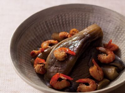 古漬けなすと干しえびの煮物 レシピ 奥村 彪生さん|干しえびのうまみを古漬けに含ませれば、シンプルながら深みのあるおいしさの煮物が完成です。