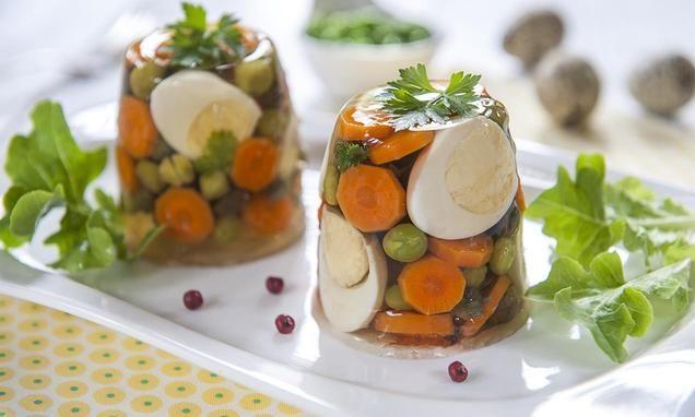 Mini galaretki z jajami przepiórczymi, zielonym groszkiem oraz marchewką