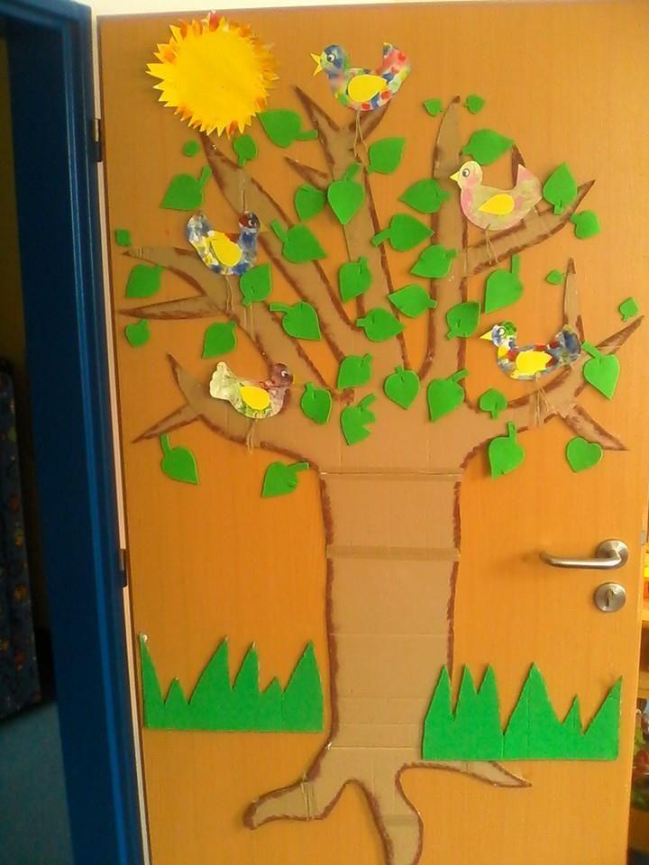 A cvrlikali a cvrlikali a ani si nevšimli, že je strom schoval do listí.
