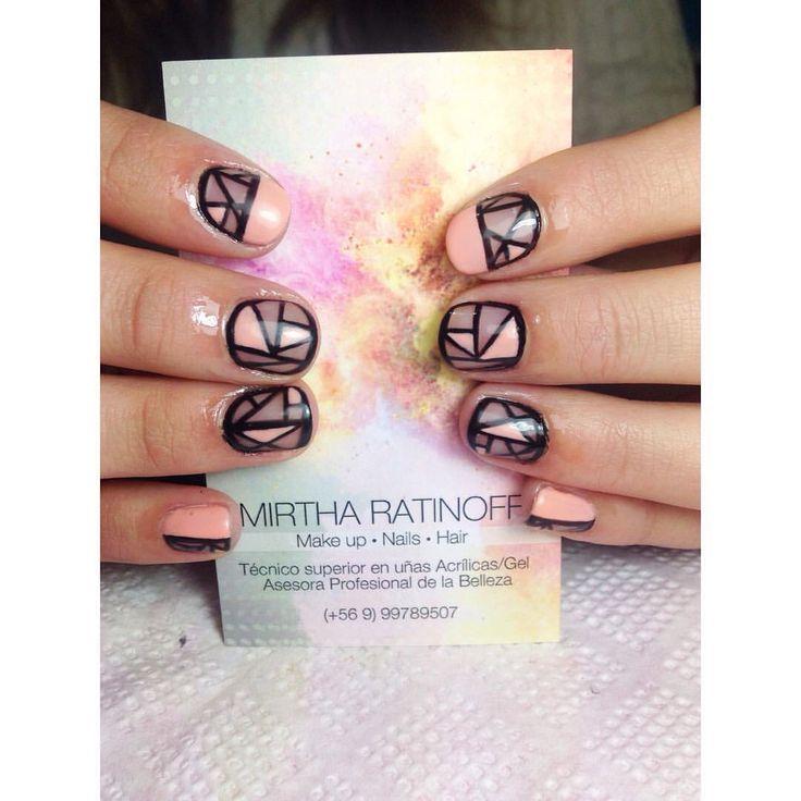 Esmaltado permanente salmón y negro. Facebook Mirtha Ratinoff belleza y tendencias