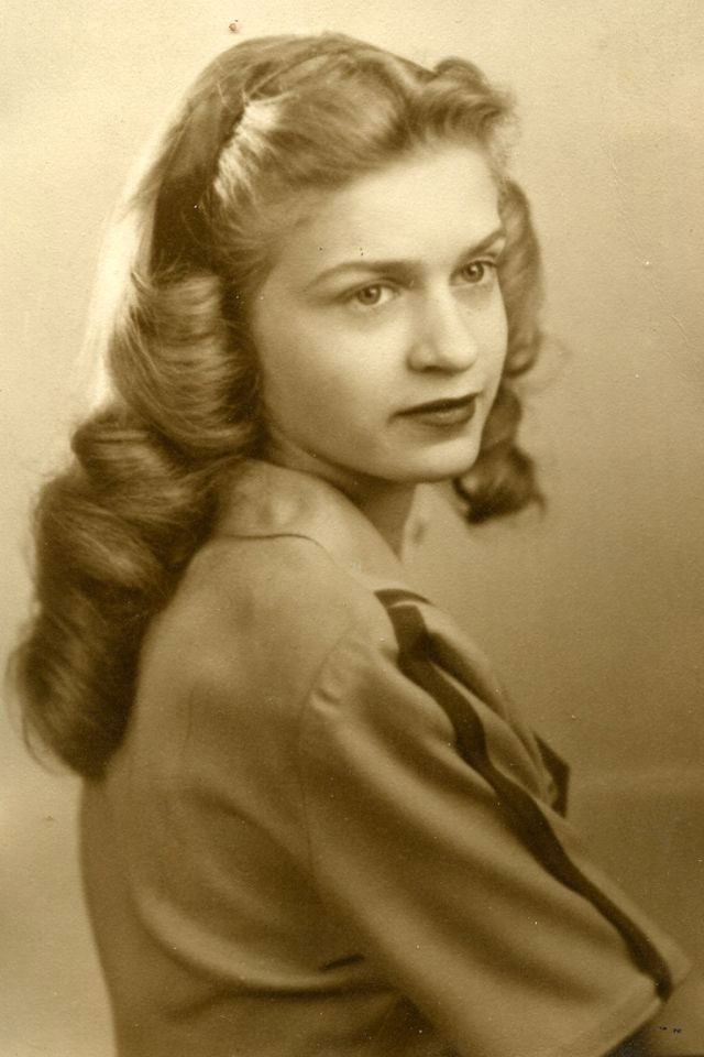 The 1940s Hairstyles The Unique Hairdos That Women Should Try Once At Least In 2021 Long Hair Styles Vintage Hairstyles For Long Hair 1940s Hairstyles
