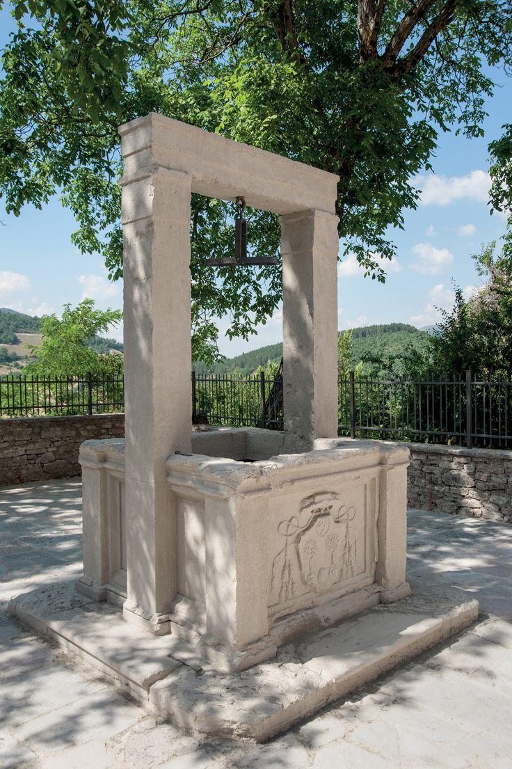 Fuori dalla chiesa, in uno spazio lastricato ombreggiato da un albero di noce, una artistica cisterna in pietra fatta costruire dal cardinal Poli recante sulla base il suo stemma.
