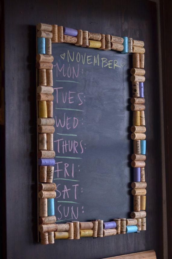 #Cork Chalkboard Wall Hanging, excelente idea con #corchos de #vino para colocar en mi cocina