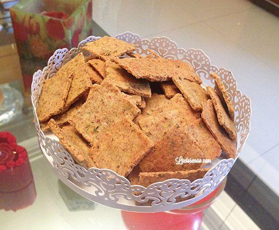 Receita fácil e deliciosa de biscoito salgado sem glúten, lactose e ovo. Perfeito para comer com patês e pastinhas. Vem conferir.