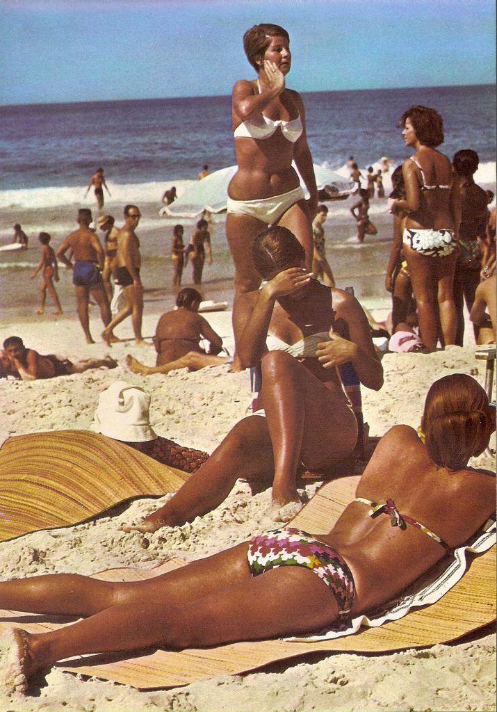Montinho na areia para esteira Sereias de Copacabana Sirens Rio de Janeiro 1970
