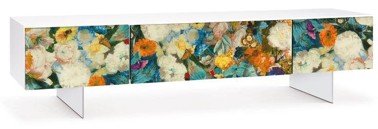 """Jetzt bei Desigano.com Flora Sideboard low Aufbewahrung, TV-Tische, Sideboards von Oliver B. ab Euro 1 166,00 € Das Sideboard/ TV-Tisch FLORA von Oliver B. ist ein Möbelstück der Extraklasse. Der Korpus ist in """"high gloss white"""" lackiert und die 2 Schubladen und die Klapptür mit Blumenmuster-Stoff überzogen. FLORA passt ideal in extravagante Designerwohnungen und ist alleinstehend aber auch in Kombination mit anderen Möbeln der FLORA-Serie immer ein echter Hingucker. Überzeugen Sie sich…"""