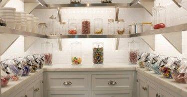 Стеклянные банки на полках в кухонной кладовой
