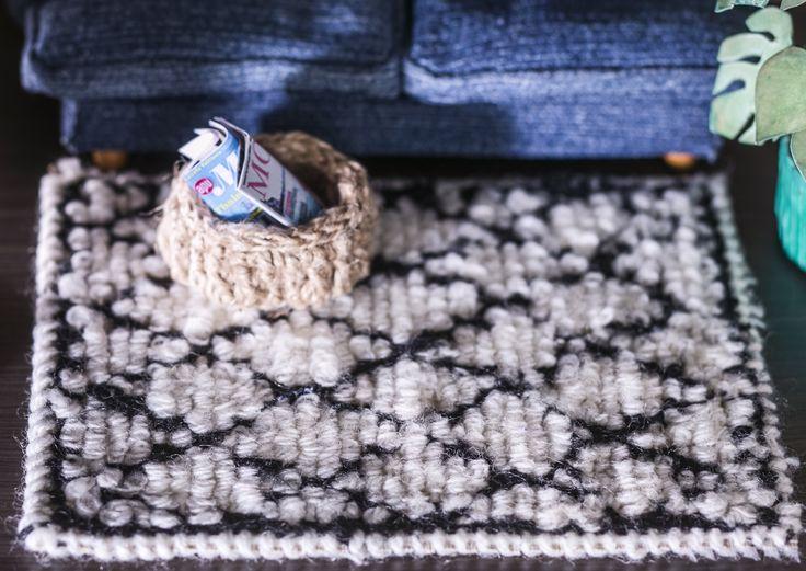 DIY dollhouse carpets Nukkekodin sisustus täydentyy trendikkäällä villamatolla. Samalla ohjeella valmistuvat erikokoiset ja värikkäätkin matot. Kurkkaa Unelmien Talo&Kodin ohje!