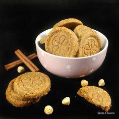 Biscotti Farina ceci nocciole cannella arancia  275 g di farina di ceci 140 g di olio di semi di girasole [per me di riso] 100 g di acqua 20 g di farina di cocco 20 g di nocciole 150 g di zucchero integrale 1 g di cannella (2-3 cm di stecca) la buccia di 1/2 arancia