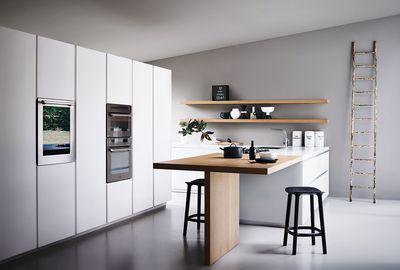 """Cuisine Maxima 2.2, en chêne, portes en verre fumé avec cadre en aluminium mat, plan de travail en marbre de Carrare blanc, meuble bas laqué blanc """"silk effect"""", prix sur demande, Cesar."""