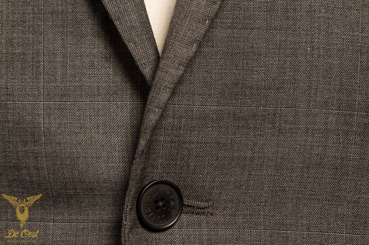 2-piece anthracite sharkskin suit with a 2-buttoned jacket with peak lapels and slanted pockets 2 delig antraciet sharkskin kostuum met een 2 knoops jasje met peak lapels en schuine zakken
