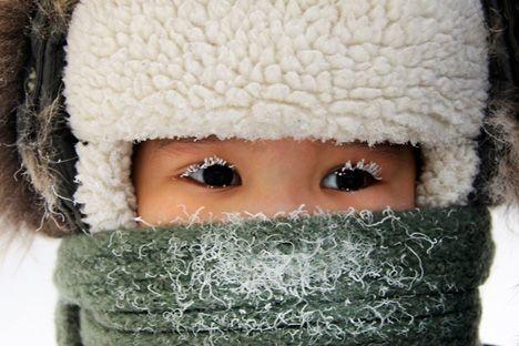 Durante las dos últimas semanas de diciembre en Yakutsk la temperatura alcanza los 34º bajo cero. Normalmente en esta época del año las temperaturas suelen descender hasta los 50º bajo cero, sin embargo, -30º no es cualquier cosa. Es posible soportar este clima si se va bien preparado con ropa térmica, un gorro, un anorak y unos guantes, no obstante, cualquier salida al exterior es comparable a una salida al espacio.