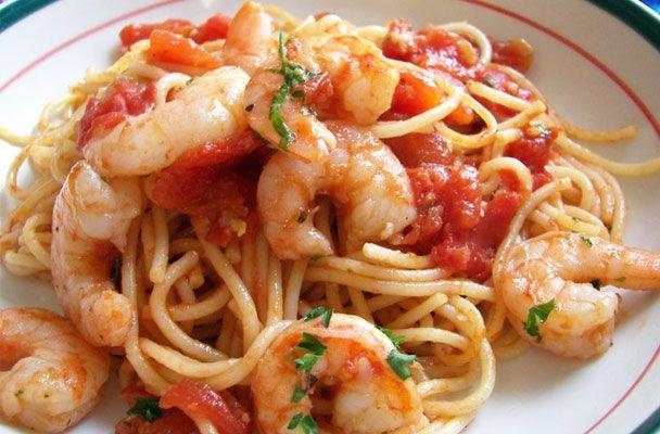 Spaghetti al pomodoro con i gamberi - Un piatto di spaghetti al pomodoro con i gamberi si prepara in pochi minuti, ma la ricetta deve essere preparata con attenzione
