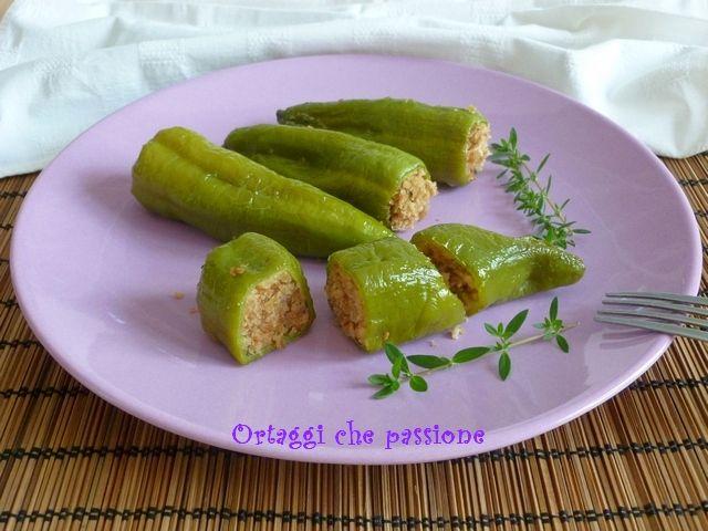 Friggitelli ripieni al forno. I friggitelli sono piccoli peperoni dolci allungati, con la buccia molto sottile e più digeribili dei classici peperoni. Per