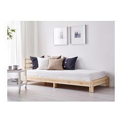 IKEA - TARVA, Dagbädd stomme, , Ryggstödet kan monteras på höger eller vänster sida av dagbädden.Obehandlad furu är ett hållbart material med naturliga variationer som ger varje möbel ett unikt uttryck. Med lasyr, olja eller färg kan du enkelt göra ytan tåligare – och din möbel mer personlig.Med några fluffiga, mjuka kuddar som ryggstöd förvandlar du enkelt den här dagbädden till en skön soffa eller schäslong.Förvandla din soffa till en enkelsäng på nolltid och utnyttja golvytan på bästa…