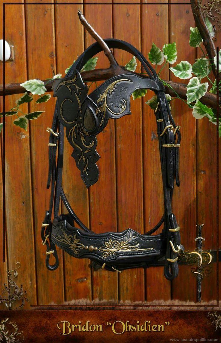 Filet pour cheval, fabrication unique par l'artisan Les Cuirs Paillier. Bridon Obsidien, fantaisie, pour spectacle et loisirs, cuir repoussé et sertie d'une pierre semi-précieuse. Disponible sur http://www.lescuirspaillier.com