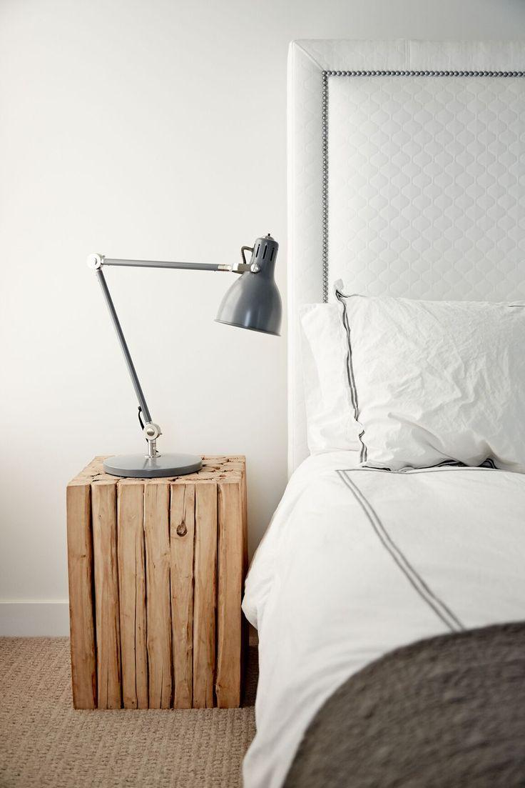 ベッドサイドはナチュラルなサイドテーブルを配置。インダストリアル風な照明を置いて無機質感と対比させたい。