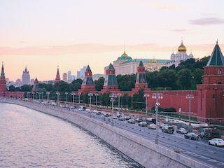 """El Kremlin de Moscú, que significa """"fortaleza dentro de una ciudad"""", se edificó entre los siglos XIV y XVII. Actualmente cumple la función de albergar a los presidentes de Rusia. Se trata de un conjunto de edificios civiles y religiosos situado frente al río Moscova en el sur, la Plaza Roja en el este y el Jardín de Alejandro en el oeste (Shutterstock)"""